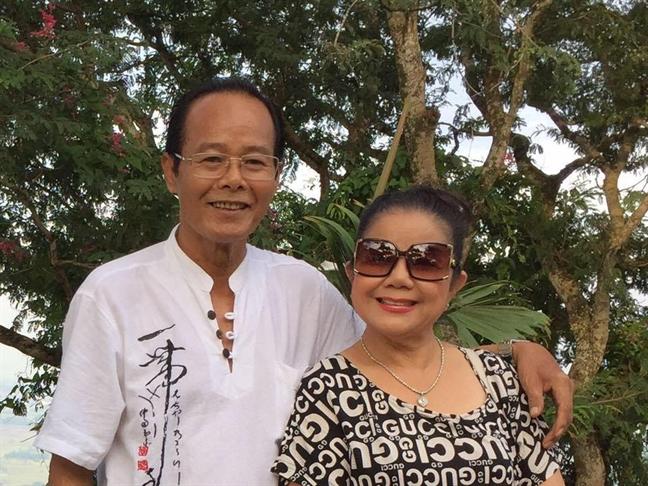 Nghe si Phan Quoc Hung qua doi trong vong tay NSND Thoai Mieu