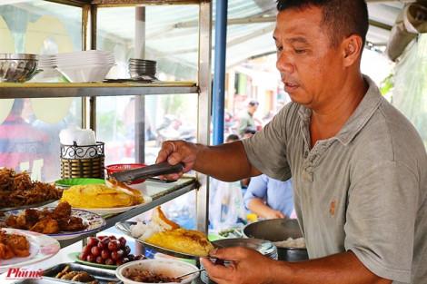 Quán cơm 'dui dẻ' độc đáo ở chợ Bàn Cờ