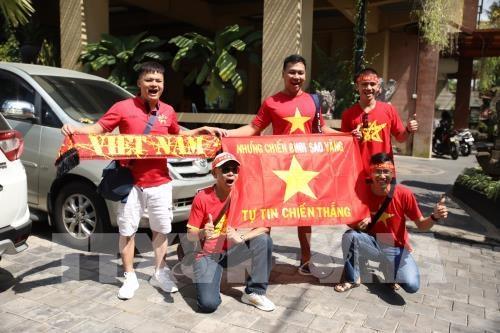 Nhung co dong vien Viet Nam dau tien den tiep suc cho doi nha tren dat Indonesia