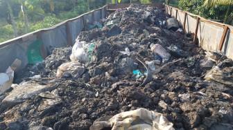 Bắt quả tang xe container đổ trộm hàng chục tấn chất thải rắn nguy hại ở Bình Phước