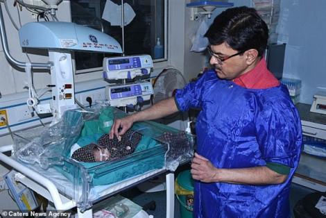 Tiễn đưa con gái sinh non, đôi vợ chồng may mắn cứu thoát bé gái 3 ngày tuổi bị chôn sống