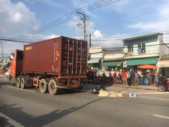 Bất chấp nguy hiểm, hàng trăm người lao ra giữa đường xem tai nạn chết người