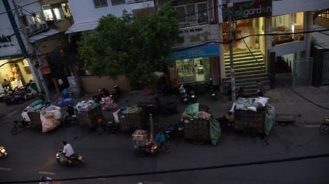 Người dân Sài Gòn khốn khổ với hung thần xe rác tự chế lộng hành trước ngày 'khai tử'