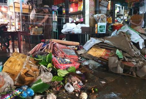Tiểu thương chợ Vinh mếu máo khóc ròng, nhìn nông sản tiền tỷ tan theo nước lũ