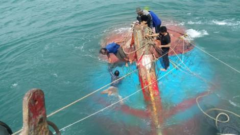 Sóng lớn đánh chìm tàu cá gần đảo Cù Lao Chàm