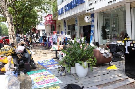 Phố thời trang nổi tiếng Thành phố Vinh thành sân phơi quần áo sau lũ