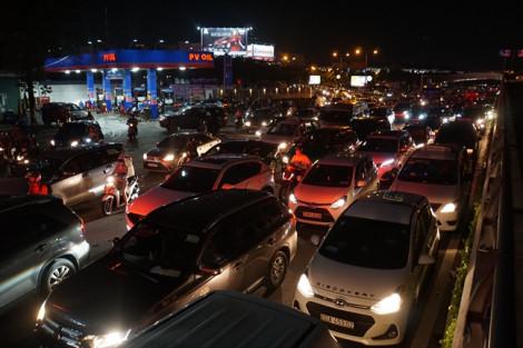 Cửa ngõ sân bay Tân Sơn Nhất kẹt xe không lối thoát sau cơn mưa