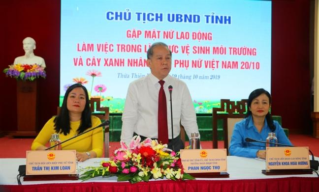Chu tich tinh 'moi' chi em cong nhan mac ao dai tham quan di tich Hue nhan ngay 20/10