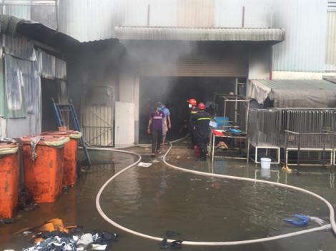 Cháy công ty sản xuất giày dép trong khu dân cư, hàng trăm công nhân tháo chạy