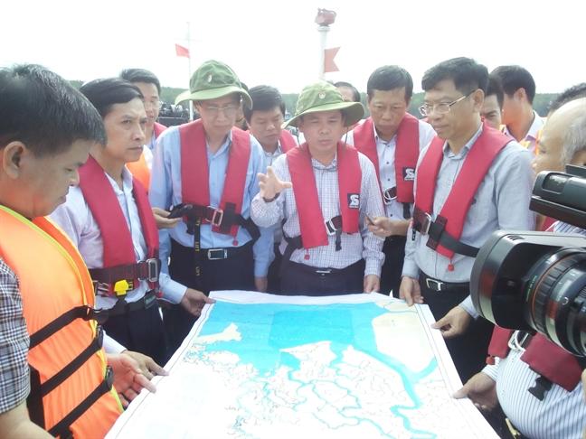 Bo truong Giao thong Van tai yeu cau khan cap hut 150 tan dau trong tau Viet Sun Integrity