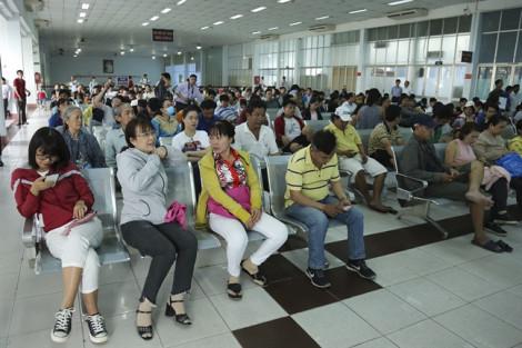 Hàng ngàn người dân đến ga Sài Gòn từ sáng sớm để mua vé tàu Tết