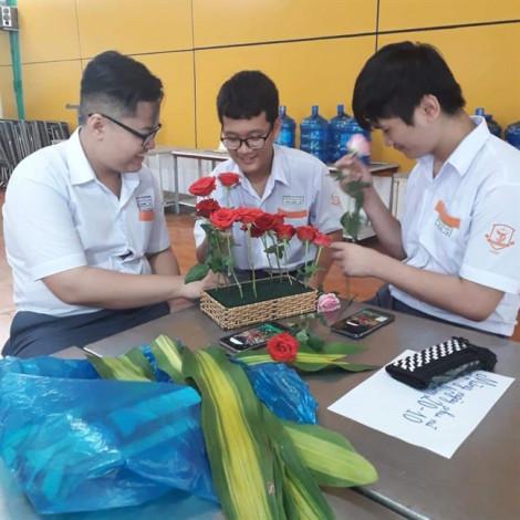 Thầy trò cùng 'về đích' trong cuộc thi... cắm hoa