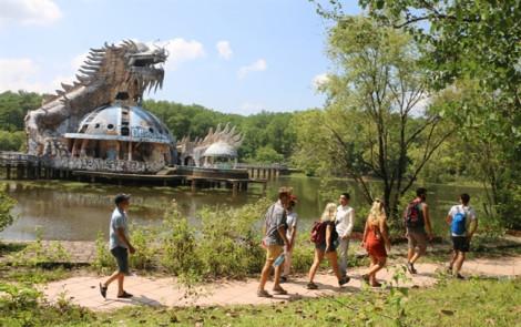 'Công viên ma' bí ẩn ở Huế khiến du khách vừa mê vừa... sởn tóc gáy