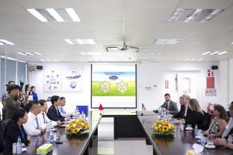 Bộ Nông nghiệp Hoa Kỳ đánh giá cao sự phát triển của ngành sữa Việt Nam khi thăm siêu nhà máy sữa của Vinamilk