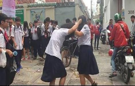 Nữ sinh lớp Tám túm tóc đánh nhau ngay trước cổng trường