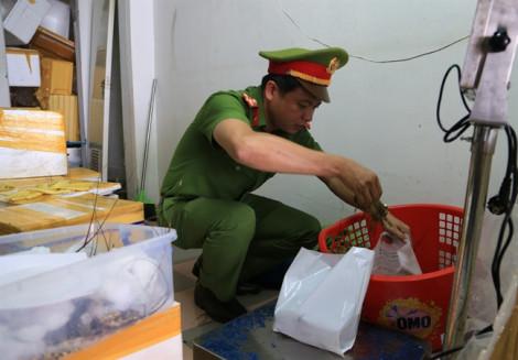 Đình chỉ cửa hàng hải sản bán tôm hùm bơm tạp chất, lừa dối khách hàng