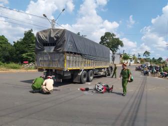 Học sinh lớp 11 tử vong sau khi va chạm với xe tải