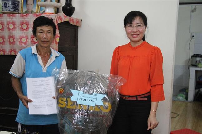 Trao tang mai am tinh thuong cho gia dinh 12 nhan khau song trong can gac go 27m2