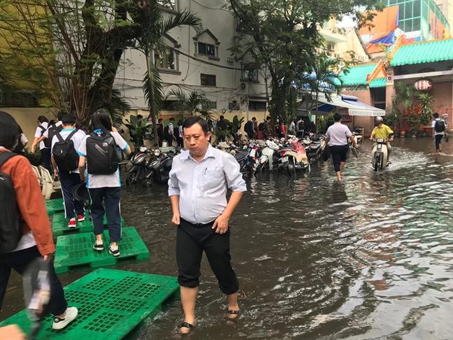 Sau con mua chieu qua, hoc sinh Truong THPT Tran Huu Trang lai 'loi nuoc' vao lop