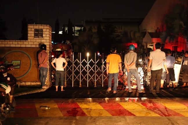 Chay lon o quan Binh Tan: Cong nhan bang hoang ke lai giay phut thao chay trong loat tieng no nhu bom