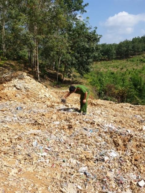 Bắt quả tang xe tải đổ trộm 20 tấn rác thải công nghiệp ra môi trường