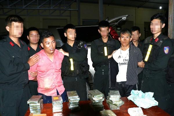 Cho 30 banh heroin bi vay bat, dam o to loan xa vao luc luong chuc nang
