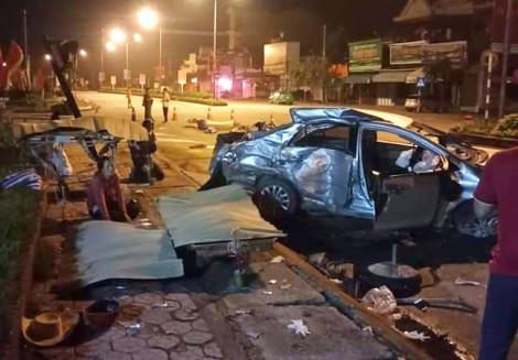 Xe taxi bị tông văng khi sang đường, 3 hành khách tử vong