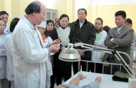 Bác sĩ đông y chỉ cách phẫu thuật thẩm mỹ không cần dùng thuốc tê thuốc mê