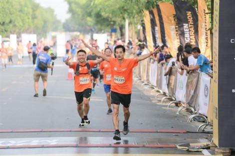 Doanh nhân Trần Uyên Phương cùng cầu thủ Bùi Tiến Dũng và 6.000 vận động viên kêu gọi 'không để nhựa thành rác'