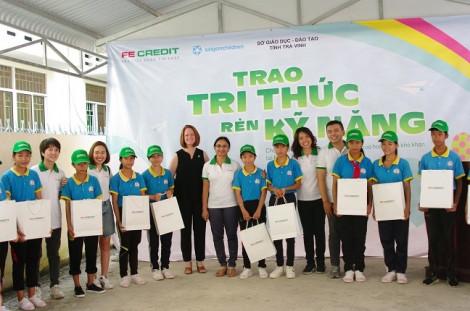 FE CREDIT tiếp sức hơn 100 học sinh nghèo hiếu học tỉnh Trà Vinh