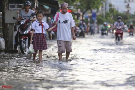 Muôn cảnh cơ cực của người Sài Gòn ngày triều cường đạt đỉnh