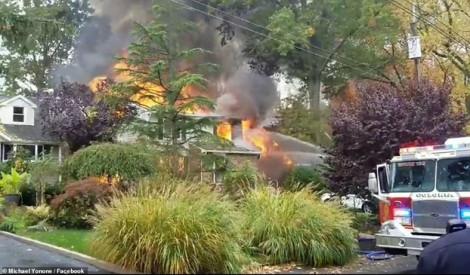 Phi cơ rơi vào khu dân cư khiến nhiều ngôi nhà bốc cháy
