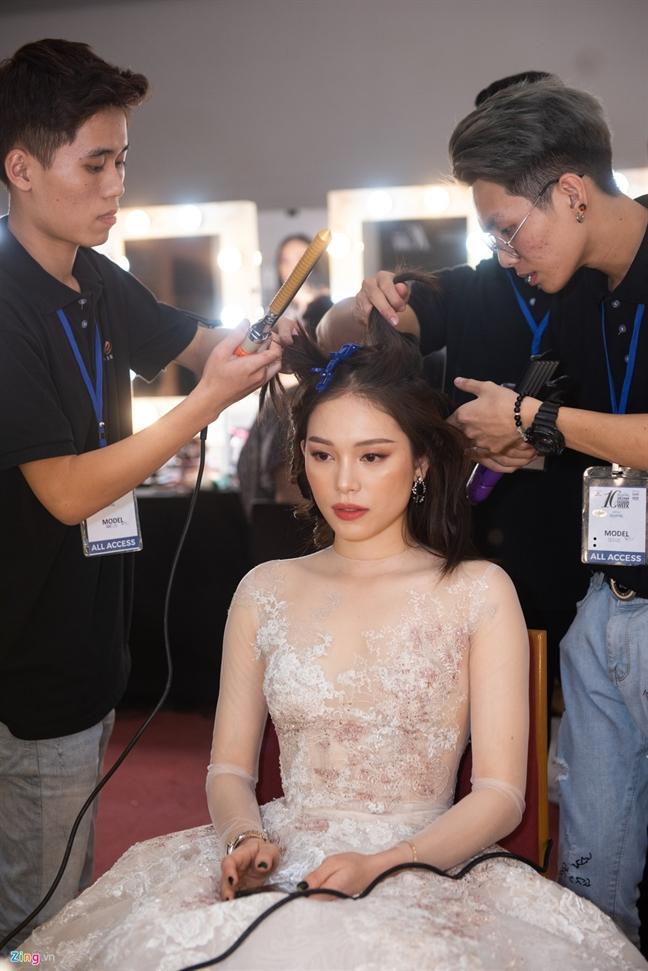Linh Rin, Cao Thai Ha duoc cham chut truoc khi len san dien
