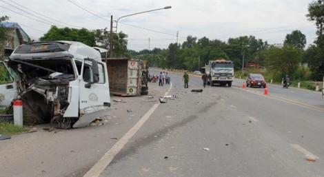 Tránh xe ben dừng giữa đường, hai ô tô tông nhau lao vào nhà dân
