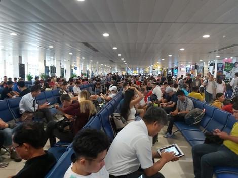 Hành khách vật vạ khắp sân bay, hãng bay phải đi tìm 'gom' đủ số để máy bay khởi hành
