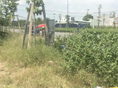 Một người đàn ông chết bên chiếc xe máy tại bãi cỏ ven đường