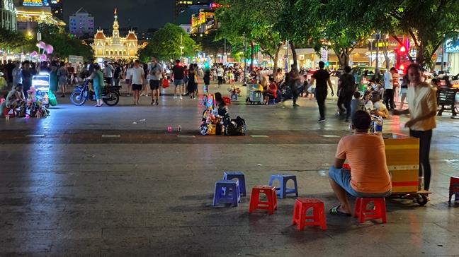 Nhung hinh anh doi lap gay 'nhuc mat' tren pho di bo Nguyen Hue
