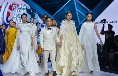 Hương Giang với màn hất váy độc đáo trên sàn diễn