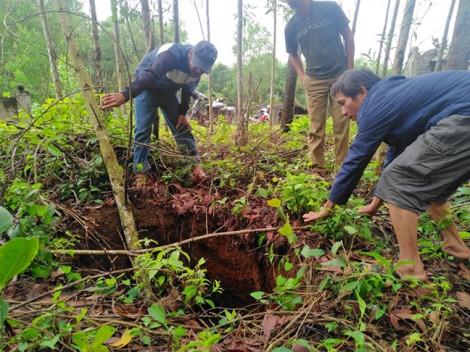 Dân hoang mang vì bỗng dưng vườn nhà xuất hiện nhiều hố sụt lún