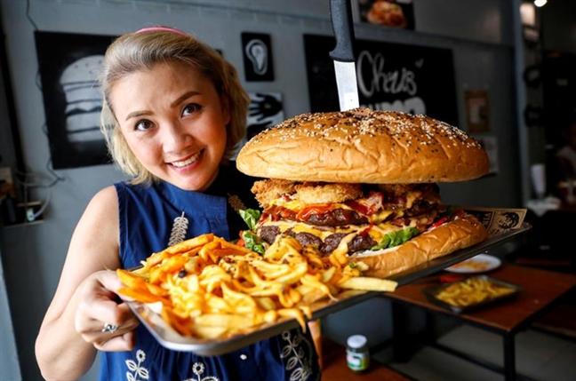 Chay rung o My, bieu tinh o Iraq va chiec banh burger nang hon 6kg
