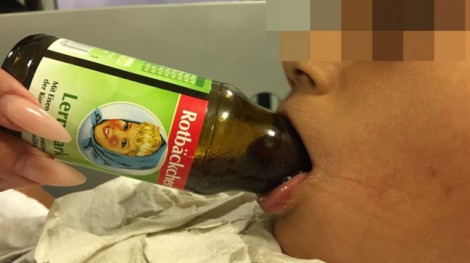 Giải cứu cho bé trai mắc kẹt lưỡi trong cổ chai bằng ý tưởng khui chai rượu vang
