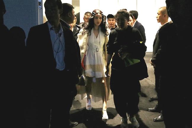 Pham Bang Bang di giay nhu 'ca kheo' xem show thoi trang