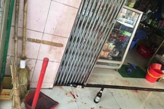 Tiểu bậy trước cửa nhà người khác, 1 thanh niên bị đâm trọng thương