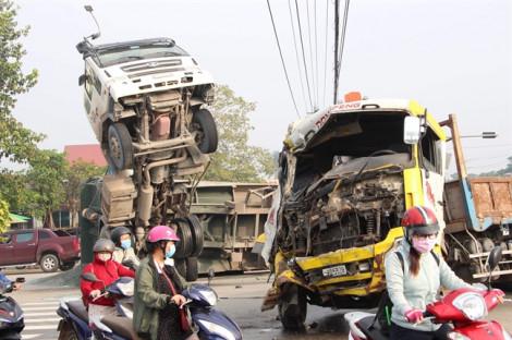 Xe tải tông xe ben chở đá giữa ngã tư, tài xế và phụ xe mắc kẹt trong cabin