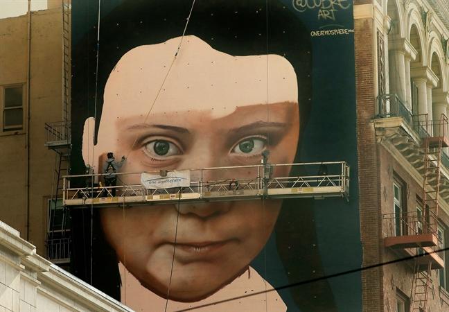 Greta Thunberg duoc len tranh chan dung tren tuong