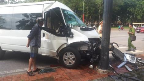 Ô tô gặp nạn, 5 du khách Hàn Quốc nhập viện cấp cứu