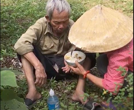 Hai mẹ con mang cơm tiếp sức, tìm người thân cho cụ ông kiệt sức trên núi