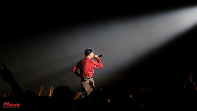 Hoa hau H'Hen Nie tai hien man xoay vay xuat than trong liveshow cua rapper Den Vau