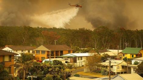 Cháy rừng thiêu rụi gần 200 ngôi nhà ở miền đông nước Úc, làm 2 người thiệt mạng