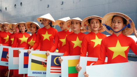 Áo dài Việt Nam thướt tha tại lễ đón Tàu Thanh niên Đông Nam Á và Nhật Bản